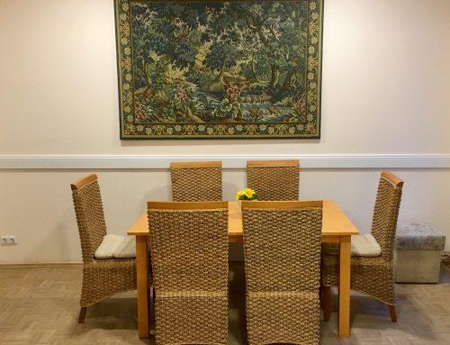 Über dem Esstisch im Wohnzimmer hängt jetzt ein antiker Gobelin: